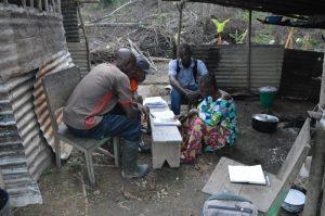 Entretien participatif avec les habitants de Doussala (Gabon), accompagné de traducteurs/interprètes. Les entretiens permettent de comprendre les connaissances des populations locales sur les réseaux de dispersions étudiés.